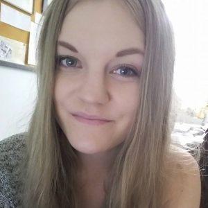 Nuori nainen hymyilee kuvassa. Selfie. Pitkä vaaleahko tukka avoinna.