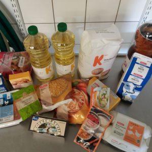 Kokkiryhmän tarvikkeita ruoanlaittoon. Mm.öljyä, kanasuikaleita, munia jne.