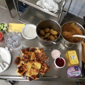 Kokkiryhmän aikaansaannoksia. Lihapulla kastiketta, perunoita ja pannukakkua.
