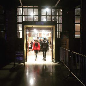 Kuvassa nuorisotila Weturin sisäänkäynti Veturitorin puolelta. Kuvassa kaksi nuorta kävelemässä nuorisotilalle sisään.