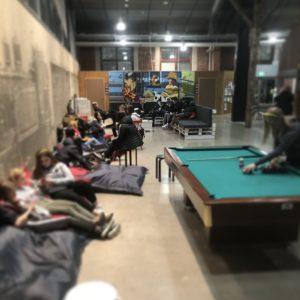 Kuvassa nuorisotila Weturia sisältä. Kuvassa näkyy biljardipöytä, nuoria säkkituoleissa ja sohvalla.
