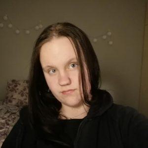 Nuorisovaltuusto Pistolainen Annikati Markkanen. Pitkä tummatukka, ei meikkiä.