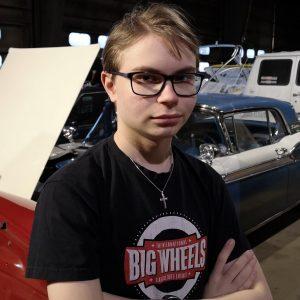 Kuvassa nuorisovaltuusto Pistolainen Jimi Skyttä. Lyhyt vaalea tukka. Isot mustasankaiset silmälasit. Musta t-paita