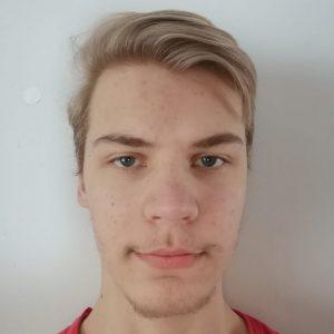 Nuorisovaltuusto Piston varapuheenjohtaja Oskari Kohvakka. Vaalea lyhyt tukka, punainen paita.