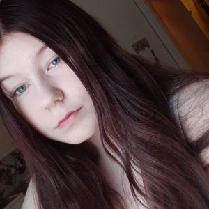 Kuvassa nuorisovaltuusto Piston jäsen Saara Karisniemi. Punaruskea pitkä tukka, ei meikkiä. Hymyilee hieman kuvassa