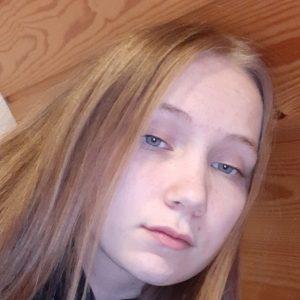 Nuorisovaltuusto Piston jäsen Sofia Tikkanen. Vaalea pitkä tukka auki. jakaus hieman sivussa. Ei meikkiä- hymyilee hieman