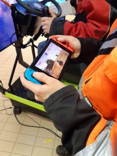 Nuori pelaa Nintendo Switchillä