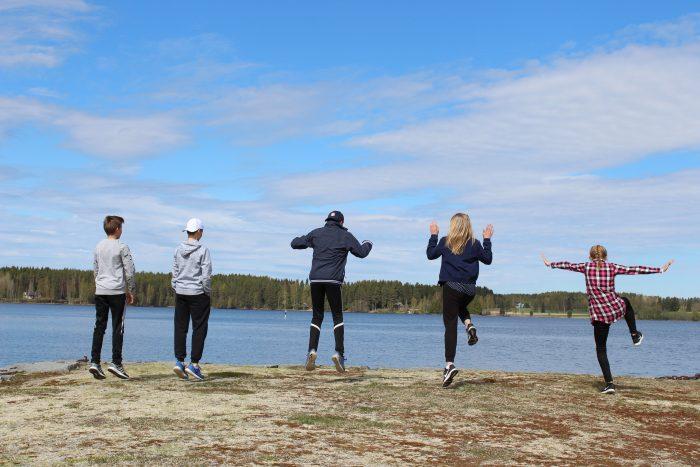 Viisi nuorta hyppää ilmaan