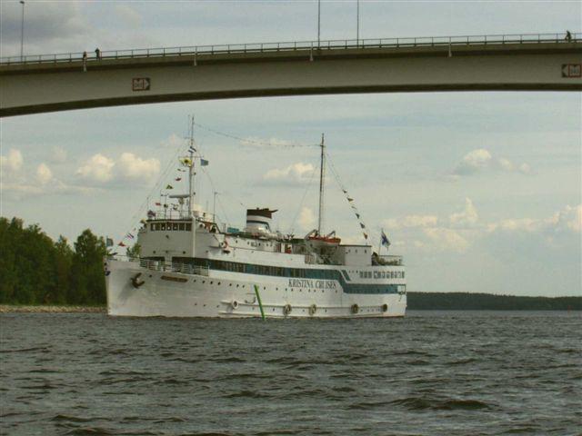 Laiva seilaa Puumalan sillan ali