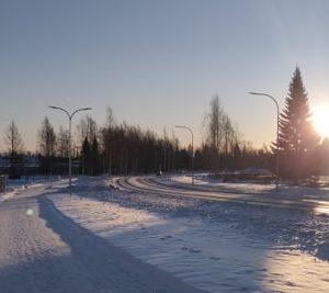 Kuvassa talvinen kävelytien maisema.