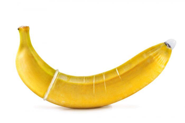 Kuvassa banaani, johon on vedetty kondomi päälle