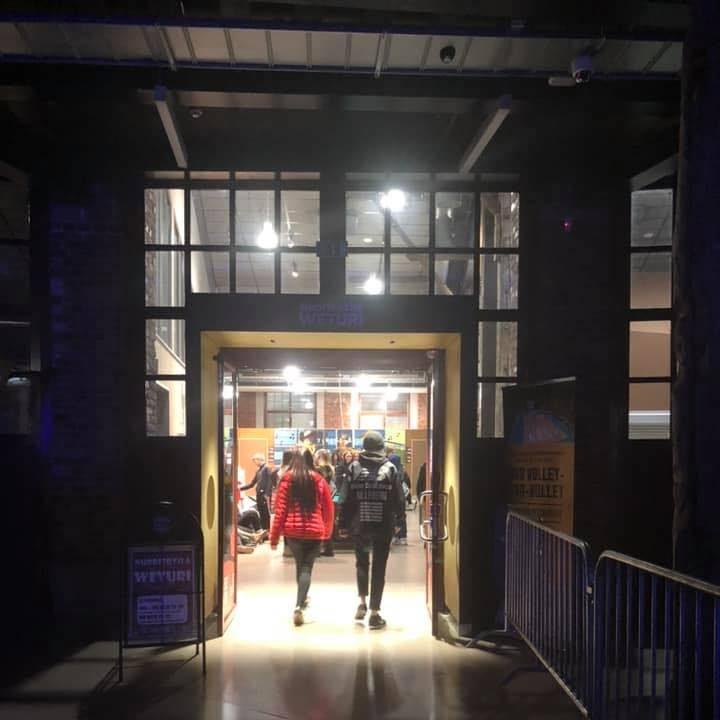 Nuoria kävelemässä nuorisotila Weturin ovesta sisään.