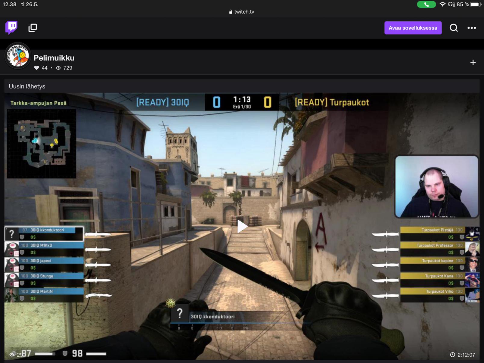 Kuvassa screenshot Pelitalo muikun twitch kanavalta, kuva otettu videosta, jolla pelataan CS-GO peliä ja käynnissä on peliporukoiden järjestämä turnaus.
