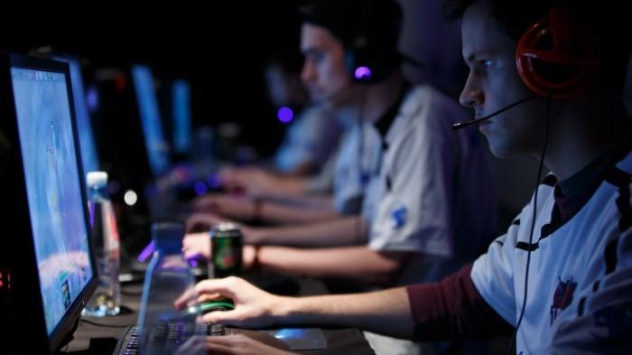 Kuvassa nuoria pelaamassa tietokoneilla