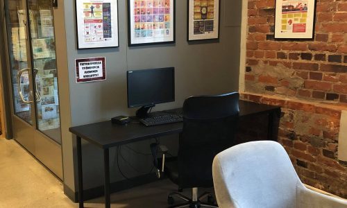Kuvassa kaksi nojatuolia ja tietokone piste
