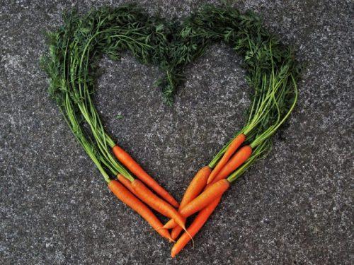 Porkkanoita varsineen sydämen muotoon aseteltuna.